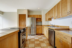 Pièce de cuisine studio vide Le bâtiment résidentiel d'appartement font dedans images libres de droits