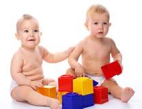 Pièce de deux enfants avec des briques de construction photos libres de droits