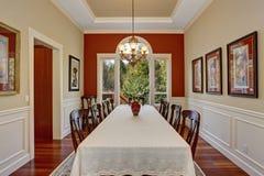 Pièce de Dinning avec la grands table et un bon nombre de chaises Image libre de droits