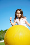 Jeu de fille avec la boule jaune Images stock