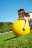 Jeu de fille avec la boule jaune Image libre de droits