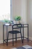 Pièce de fonctionnement avec la table et la chaise noires Photographie stock libre de droits