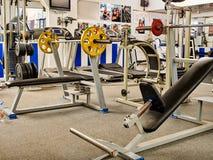 Pièce de forme physique avec les machines pulsantes de tapis roulant et de poids Photographie stock libre de droits