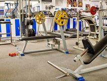 Pièce de forme physique avec les machines pulsantes de tapis roulant et de poids Image stock