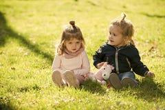 Pièce de frère et de soeur ensemble Enfants, concept d'enfance Image libre de droits