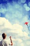 Pièce de garçon avec le cerf-volant de mouche. Photos stock