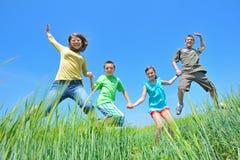 Pièce de gosses dans le domaine de blé Photographie stock libre de droits
