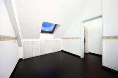 Pièce de grenier avec l'hublot de lucarne de toit photographie stock libre de droits