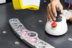 Pièce de haute précision d'inspection d'opérateur par la machine de balayage du laser 3d Images libres de droits
