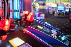 Pièce de jeu électronique avec les lumières colorées photographie stock