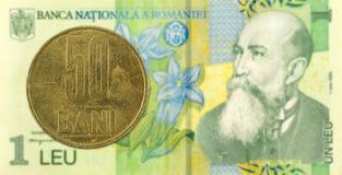 pièce de monnaie de bani de 50 Roumains contre 1 billet de banque roumain de leu photos stock