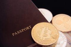 Pièce de monnaie de bitcoin de Cryptocurrency et passeport, btc, bitcoin, ethereum, litecoins, affaires marchandes internationale photos stock
