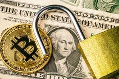 Pièce de monnaie de bitcoin de Cryptocurrency près d'un billet de banque du dollar et de cadenas ouvert Symbole de la crypto devi image stock