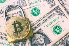 Pièce de monnaie de bitcoin de Cryptocurrency sur le cadenas et beaucoup de billets de banque américains du dollar Symbole de cry photo stock