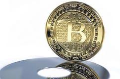 Pièce de monnaie de bitcoin de solitaire s'étendant sur le fond noir Image libre de droits