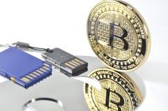Pièce de monnaie de bitcoin de solitaire s'étendant sur le fond noir Image stock