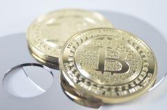 Pièce de monnaie de bitcoin de solitaire s'étendant sur le fond noir Photo libre de droits