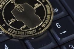 Pièce de monnaie de bitcoin de solitaire s'étendant sur le fond noir Photographie stock