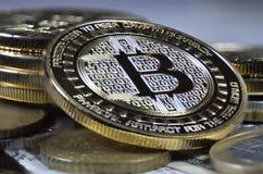 Pièce de monnaie de bitcoin de solitaire s'étendant sur le fond noir Photographie stock libre de droits