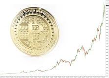Pièce de monnaie de bitcoin de solitaire s'étendant sur le fond noir Photos stock