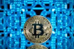 Pièce de monnaie de Bitcoin sur un fond bleu photographie stock