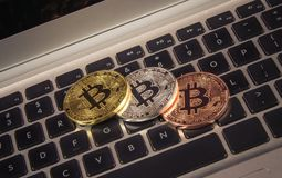 Pièce de monnaie de Bitcoin - symbole de crypto devise Concept d'affaires nouvel argent virtuel Image libre de droits
