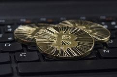Pièce de monnaie brillante de Bitcoin d'or s'étendant sur le clavier noir Image libre de droits