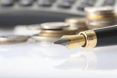 Pièce de monnaie, crayon lecteur et calculatrice Photo libre de droits