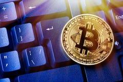 Pièce de monnaie de cryptocurrency de Bitcoin sur le clavier d'ordinateur personnel Fermez-vous vers le haut de l'image modifiée  photographie stock