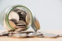 Pièce de monnaie d'argent dans la bouteille en verre Photographie stock libre de droits