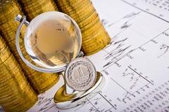 Pièce de monnaie d'argent sur des diagrammes de barre d'affaires du monde Photo libre de droits