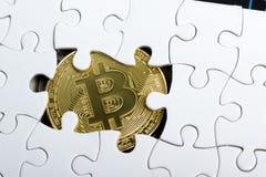 Pièce de monnaie d'or de Bitcoin Cryptocurrency Morceaux absents de puzzle denteux Concept d'affaires Tâche finale de Compliting image stock
