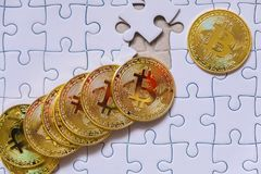 Pièce de monnaie d'or de Bitcoin Cryptocurrency Morceaux absents de puzzle denteux Tâche finale de Compliting de concept d'affair photos stock
