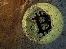 Pièce de monnaie d'or de bitcoin dans une bulle de savon Concept de bulle distribuée de technologie et de bitcoin de registre et  Photo libre de droits