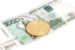 Pièce de monnaie d'or de bitcoin et x28 ; money& virtuel numérique x29 ; sur des milles du Russe un Photographie stock