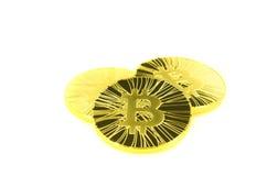 Pièce de monnaie d'or du bitcoin trois sur le fond blanc Photographie stock