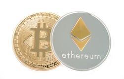 Pièce de monnaie d'Ethereum argenté et de bitcoin d'or d'isolement sur le fond blanc Image libre de droits