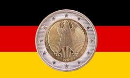 Pièce de monnaie d'euro de l'Allemand deux avec le drapeau de l'Allemagne Photographie stock