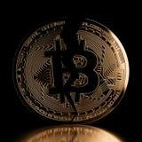 Pièce de monnaie d'or de vue de face de fente de Bitcoin Photos libres de droits