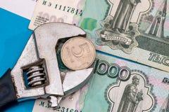 Pièce de monnaie dans l'étau avec le rouble Photos libres de droits