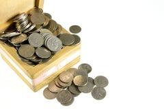 Pièce de monnaie dans la boîte en bois Image stock