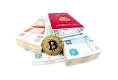 Pièce de monnaie de Bitcoin et piles de roubles russes Photos libres de droits