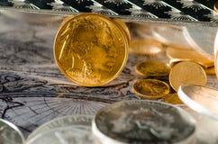 Pièce de monnaie de Buffalo d'or des USA avec les barres argentées et les pièces de monnaie Photographie stock