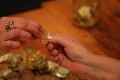 Pièce de monnaie de holdin de deux mains de femelles Photo stock