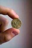 Pièce de monnaie de la Chypre dans la main et le doigt Photo libre de droits
