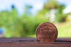 Pièce de monnaie de penny avec le fond de tache floue Photos stock
