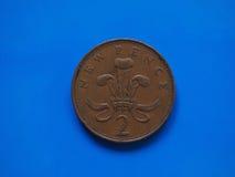 pièce de monnaie de 2 penny, Royaume-Uni au-dessus de bleu Photos stock