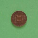 1 pièce de monnaie de penny, Royaume-Uni au-dessus de vert Photographie stock libre de droits