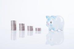 Pièce de monnaie de pile et tirelire finances d'économie de concept photographie stock libre de droits