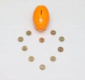 Pièce de monnaie de tirelire et de dix roupies d'Inde Photographie stock libre de droits